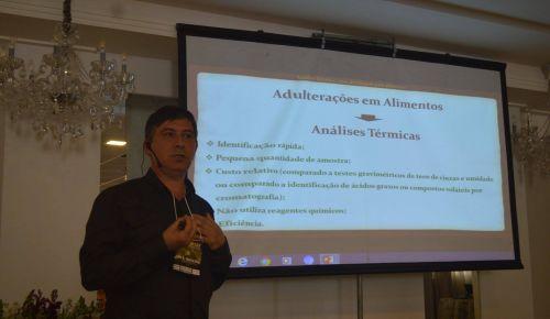 Prof. Alvaro Renato Guerra Dias palestra no VIII Simpósio de Análise Térmica